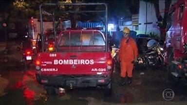Bombeiros fazem busca por desaparecido no morro da Babilônia, no Leme, zona sul do Rio - Temporal que começou no final da tarde de segunda (8) destruiu a cidade e levou vidas. Previsão é de mais chuva nesta terça.