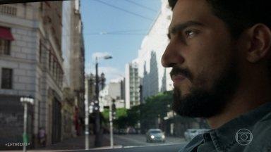 Jamil espera por Laila no restaurante - Ele não imagina que a amada está sendo socorrida a poucos metros dali