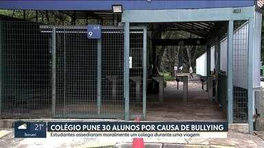 Colégio pune 30 alunos por causa de bullying contra estudante - Os estudantes assediaram moralmente colega durante viagem.