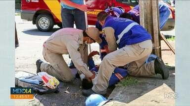 Homem leva choque e fica pendurado em poste - Ambulâncias do Samu estiveram no local e encaminharam a vítima para a Santa Casa.