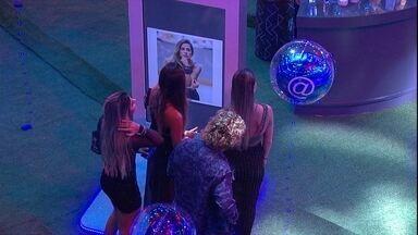 Ao ver sua foto pensativa, Carolina comenta: 'Dia que eu votei em Hana' - Sister fala sobre foto