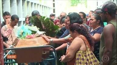 Três vítimas do temporal no RJ são enterradas; cidade permanece em estágio de crise - Aos poucos os moradores das áreas afetadas pelo temporal retomam a rotina. Veja também várias histórias de solidariedade em meio à tragédia.