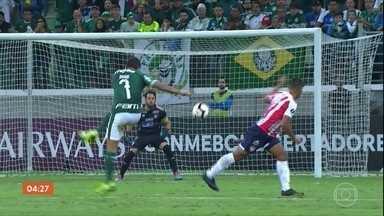 Palmeiras vence o Junior Barranquila por 3 a 0; Cléber Machado comenta - O Palmeiras fez um jogo que alternou lampejos e apatia porque antes do jogo, em ato de vandalismo, torcedores apedrejaram o ônibus da delegação alviverde.