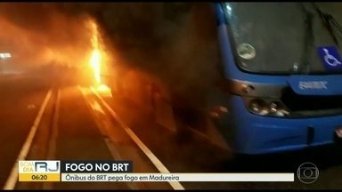 Ônibus do BRT pega fogo ao sair da garagem em Madureira - Um ônibus do BRT pegou fogo ao sair da garagem em Madureira, na manhã desta quinta (11). O motorista estava dentro do veículo e conseguiu se salvar. Terminal Paulo da Portela está temporariamente fechado devido a problemas em um dos ônibus.