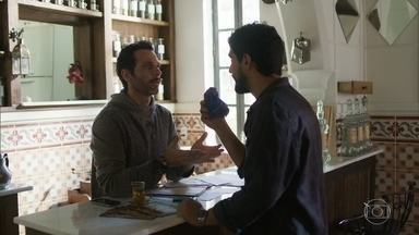 Jamil conta para Ali que mais cedo ou mais tarde vai encontrar Laila - Ele mostra o que encontrou no restaurante e diz que ela esteve lá