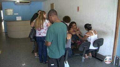 Parentes identificam corpos de vítimas do desabamento na Muzema, no Rio - Os corpos das vítimas no desastre foram levados para o IML. Três feridos estão hospitalizados.