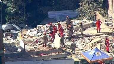 Subiu para sete o número de mortos no desabamento de dois prédios irregulares, no RJ - Já são mais de 30 horas de buscas pelas vítimas. Os bombeiros trabalham com a possibilidade de 17 pessoas desaparecidas.
