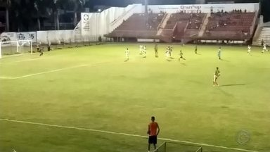 Tupã vence do América de Rio Preto por 1 x 0 - No jogo desta sexta-feira (12), a equipe do Tupã conseguir marcar o gol da vitória aos 40 minutos do segundo tempo contra o América de Rio Preto. Com a vitória, Tupã assume a liderança do grupo 1, com 14 pontos.