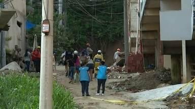 Mais de 100 bombeiros buscam sobreviventes nos escombros dos prédios na Muzema - Parentes estão à procura de familiares que moravam nos prédios que desabaram na comunidade da Muzema. Entre os desaparecidos, um casal e dois filhos.
