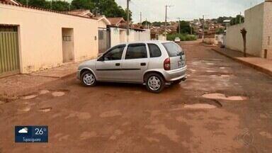 Moradores reclamam de buracos nas ruas do Bairro Monjolo em Patos de Minas - Uma moradora enviou vídeo para a TV Integração denunciando a situação de uma rua. Equipe de reportagem esteve no local e mostrou o problema em outras vias do Bairro.