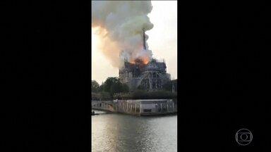 Boletim JN 1: Incêndio atinge catedral de Notre-Dame, em Paris - Estrutura que sustenta o telhado da catedral está sendo consumida pelo fogo, dizem os bombeiros. Partes do prédio desabaram.