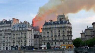 Boletim JN 2: Fogo na Notre-Dame pode ter relação com reforma, dizem bombeiros - Pináculo – o ponto mais alto da catedral, conhecido como flecha – desabou. Todo o teto da igreja ruiu, segundo os bombeiros.