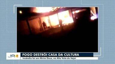 Incêndio destrói a Casa da Cultura de Mirim Doce - Incêndio destrói a Casa da Cultura de Mirim Doce