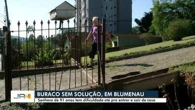 Idosa de 91 anos que caiu em buraco causado por tubulação cobra melhorias em Blumenau - Idosa de 91 anos que caiu em buraco causado por tubulação cobra melhorias em Blumenau