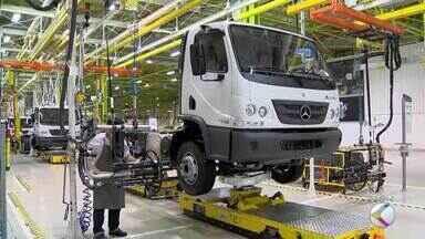 Mercedes anuncia redução de serviços realizados na fábrica de Juiz de Fora - Informação foi confirmada pela direção da empresa em audiência pública nesta segunda (15). Funcionários temem demissões.
