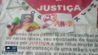Pai luta por justiça pela morte do filho há 23 anos - O pequeno Maicon de Souza Silva foi morto aos 2 anos por PMs, em Acari. Ele brincava na porta de casa quando foi baleado. O pai do menino, José Luiz Faria da Silva, desde então, ele faz uma vigília na porta do Ministério Público.