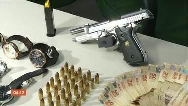 Dois chefes de facção criminosa do Ceará são presos no Recife - No apartamento da dupla foram apreendidos dinheiro, relógios de luxo, joias e documentos falsificados.