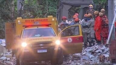 Sobe para 15 o número de mortos no desabamento de dois prédios na Muzema, no Rio - Durante a madrugada, as equipes já tinham encontrado outra vítima nos escombros, por volta das 4h30. Corpos ainda não foram identificados.