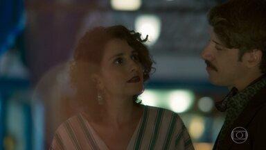 Stefânia se prepara para contar a João Inácio e Guilherme que está grávida - Adamastor acredita que Ondina está triste pela morte de Feliciano