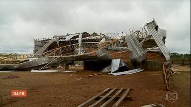 Vento forte destelha casas e derruba árvores no RS - A chuva de granizo destruiu plantações e galpões.