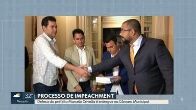 Defesa de Marcelo Crivella é entregue na Câmara Municipal do Rio - O documento com a defesa do prefeito Marcelo Crivella, do PRB, no processo de impeachment foi entregue na Câmara Municipal no fim da tarde desta quarta (18).