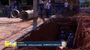 Cratera deixa trânsito interditado na comercial sul em Taguatinga - O buraco de três metros de profundidade apareceu na pista quando a rede de esgoto se rompeu e o asfalto cedeu. Técnicos da Caesb foram chamados para consertar o estrago.