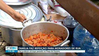 Família organiza ceia para pessoas em situação de rua - Teve até peixada especial na Praça do Ferreira. Confira