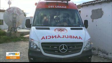 Vândalo joga pedra em ambulância do Samu na cidade de Juazeirinho - As pedras também atingiram outros veículos. Uma pessoa ficou ferida.