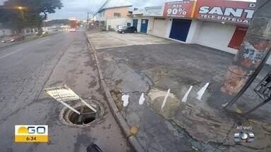Motoristas devem ficar atentos a bueiro aberto na avenida T-2, em Goiânia - Moradores improvisaram sinalização para evitar acidentes.