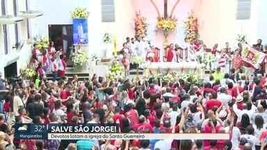 Hoje é dia de São Jorge. - Milhares de fiéis lotam a igreja do Santo Guerreiro, em Quintino, na Zona Norte do Rio