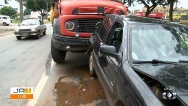 Acidente envolve dois carros e caminhão no Jardim Guanabara, em Goiânia - Duas pessoas ficaram feridas.
