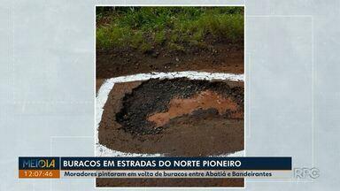 Moradores pintam em volta de buracos em rodovia entre Abatiá e Bandeirantes - Os moradores querem chamar atenção do poder público e também do risco para o motoristas. Na última sexta-feira, o agente penitenciário Pierre Baldo, de 37 anos, morreu quando voltava do trabalho, na PR-437, que está cheia de buracos.
