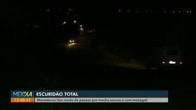 Falta de iluminação pública e mato alto geram indignação dos moradores de Cascavel - Na região norte da cidade, sensação é de insegurança.