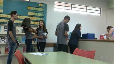 Projeto de leitura incentiva estudantes a lerem - Com a procura de alunos por livros de literatura, professores implantaram projeto motivando a doação de livros.