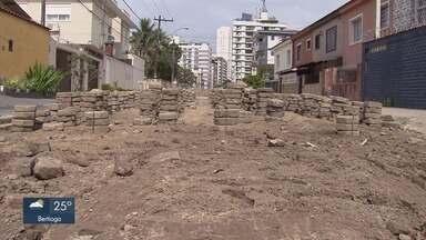 Mais de 40 ruas tem obras inacabadas em São Vicente - Moradores reclamam da grande quantidade de obras inacabadas na cidade.