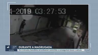 Em 6 minutos, homens arrombam caminhão e roubam o veículo, em BH - Câmeras de segurança registraram o crime.