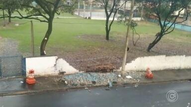 Chuva derruba muro de escola estadual na zona norte de Sorocaba - O muro de uma escola estadual caiu na zona norte de Sorocaba (SP). Segundo os moradores, o muro já estava com rachaduras e uma parte caiu durante a chuva desta terça-feira (23).