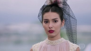 Larissa fica sem entender como a carta foi parar nas mãos de Diego - Ela tem lembranças de Vanessa e percebe armação