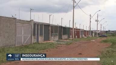 Moradores do Sol Nascente reclamam de insegurança - As famílias receberam as casas no trecho 2 em 2018. Elas dizem que precisam viver com portas e janelas gradeadas por causa dos constantes assaltos.