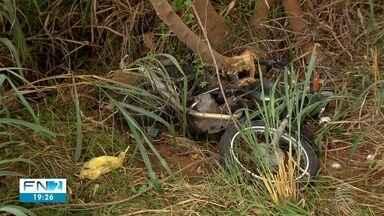 Motociclista fica ferido após acidente na Estrada da Amizade - Vítima foi atingida por um carro que teve um dos pneus estourados.
