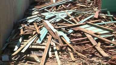 Estelionatário se apresenta à policia e confessa que vendeu madeira alheia - Ele confessou que furtou a madeira de uma casa em Ibiporã onde estava uma placa de aluga-se.
