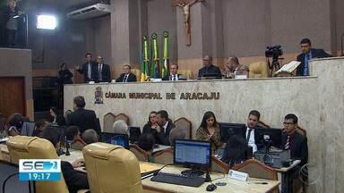 Sessão na Câmara de Vereadores de Aracaju teve diversos debates - Quase uma semana depois da discussão entre vereadores, os ânimos estavam menos exaltados nesta terça-feira (23). Um dos assuntos discutidos foi o porte de arma no plenário.