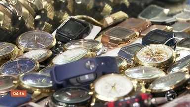 Cerca de 30 mil relógios falsificados são apreendidos em shopping popular em SP - Momentos antes da chegada dos agendas da Receita Federal, que deflagrou a ação, muitos comerciantes fecharam as portas no mercado que fica no Brás, no centro de São Paulo. Mercadoria apreendida foi avaliada em R$ 4,5 milhões.