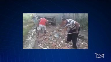 """Cansados da situação precária, moradores resolvem tapar buracos em bairro em Caxias - Prefeitura de Caxias informou que está com uma operação""""Tapa-buracos"""" nas ruas da cidade, dando prioridade aos locais mais críticos, uma vez que as chuvas ainda não cessaram."""