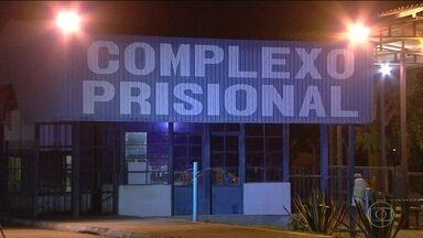 Vinte e quatro presos fogem da maior penitenciária de Goiás - Os presos renderam os agentes no momento em que eles estavam levando detentos que trabalhavam na cantina de volta para as celas. Oito foram recapturados e um morreu.