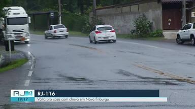 Após feriadão, volta pra casa é com chuva em Nova Frigurbo, no RJ - Assista a seguir.