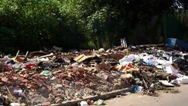 Buracos, terrenos abandonados e lixo pelas ruas incomodam moradores de Ferraz - A Secretaria de Serviços Urbanos informou que está empenhada em fazer os serviços de zeladoria nos cemitérios da cidade por causa do Dia das Mães.