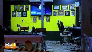 Dois clientes são baleados em barbearia, em Sobradinho II - Segundo a Polícia Civil, o alvo era o dono da barbearia, que cortava o cabelo de um cliente na hora do crime. Uma das vítimas está em estado grave. Ninguém foi preso ainda.
