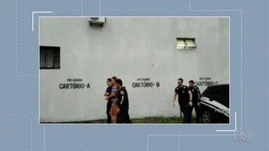 Polícia realiza operação que apura venda de vagas para cirurgias na rede pública, em Goiás - Cinco mandados de busca e apreensão foram cumpridos em endereços ligados a servidores públicos. Grupo é suspeito de cobrar até R$ 2 mil para agilizar procedimentos.