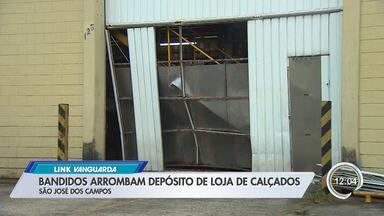 Criminosos arrombam porta de galpão de loja de calçados em São José - Eles usaram um carro para estourar a porta. Vários produtos foram levados.